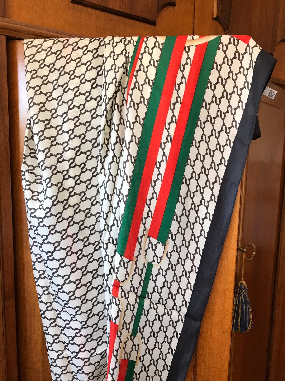 <B style='color:red'>SOLO BOLOGNA E PROVINCIA</B> - Foulard elegante, misure 200x200cm - 30% seta e 70% viscosa
